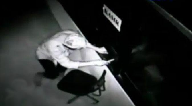 078406400_1414047266-Pencuri-Terekam-CCTV